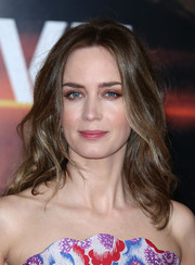 Emily Blunt highlighted her eyes with lots of neutral shadow.