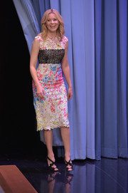 Elizabeth Banks brought a whiff of spring to 'Jimmy Fallon' with this Monique Lhuillier Spring 2016 Fuchsia multi floral splatter print lace sheath dress.