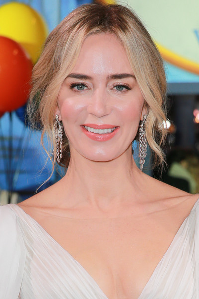 Emily Blunt Loose Bun [hair,face,blond,hairstyle,eyebrow,beauty,lip,chin,brown hair,layered hair,red carpet,mary poppins returns,emily blunt,actor,hair,hairstyle,celebrity,el capitan theatre,premiere of disney,premiere,emily blunt,mary poppins returns,mary poppins,el capitan theatre,premiere,celebrity,actor,fashion,2018]