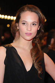 Alicia showcased her natural beauty as she wore her hair in a side-swept ponytail.