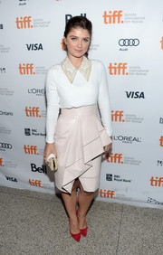 Eve Hewson injected some color into her ensemble with a pair of red pointy pumps.
