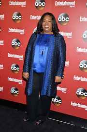 Shonda Rhimes paired this tapestry-print evening coat over a satin blue blouse for a sleek and sophisticated red carpet look at the ABC Upfront event in NYC.