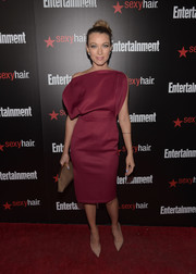 Natalie Zea paired her dress with a classic nude frame clutch.