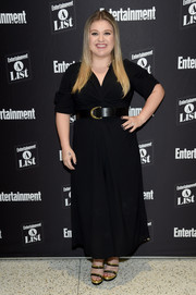Kelly Clarkson looked simply stylish in a black maxi dress with a twist-detail bodice while attending an Entertainment Weekly exclusive Q&A.