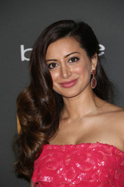 Noureen DeWulf amped up the sweetness with this side-swept curly 'do and pink strapless dress combo at the Entertainment Weekly pre-Emmy party.