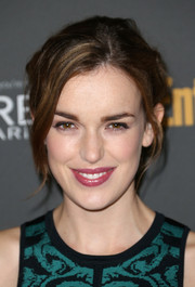 Elizabeth Henstridge went to the Entertainment Weekly pre-Emmy party sporting an edgy yet romantic updo.