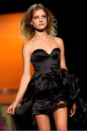 Natalia looks stunning in this shoulder length wavy cut, wearing a black gown by Ermanno Scervino.