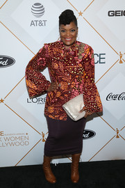 Yvette Nicole Brown teamed her blouse with a brown pencil skirt.
