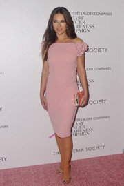 Elizabeth Hurley matched her dress with a pink pearlized hard-case clutch.