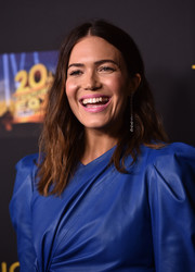 Mandy Moore's pink lipstick made a nice contrast to her blue outfit.