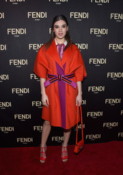 Hailee Steinfeld coordinated her outfit with a red-orange leather bag.