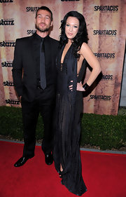 Andy Whitfield opted for an all-black suit, tie, and button-down ensemble at the 'Spartacus' event.