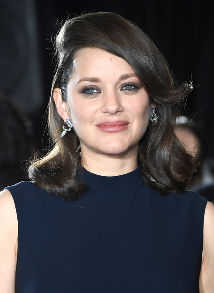 Marion Cotillard dolled up her lobes with a pair of dangling diamond earrings by Chopard.