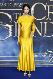Katherine Waterston teamed her dress with strappy silver heels by Giuseppe Zanotti.
