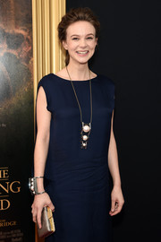 Carey Mulligan polished off her ensemble with a classic gold clutch.