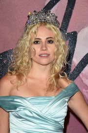 Pixie Lott wore her hair in messy-glam curls, complete with a tiara, at the Fashion Awards 2016.