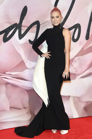Amber Le Bon looked quite the diva at the Fashion Awards 2016 in a one-sleeve black Stephane Rolland Couture fishtail gown with white wing-like detailing.