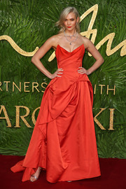 Karlie Kloss looked downright regal in a draped, strapless red gown by Vivienne Westwood Couture at the Fashion Awards 2017.