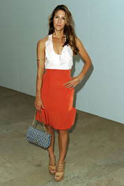 Minnie paired her mandarin skirt with a blue and white chain strap shoulder bag.