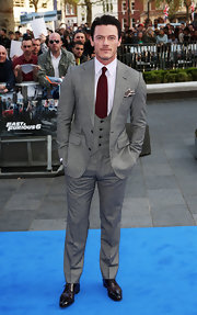 Luke Evans chose a classic look on the red carpet when he sported this gray three-piece suit.