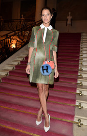 Helena Bordon accessorized her dress with a coral leather shoulder bag by Fendi.