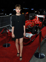Sami Gayle dressed up her simple outfit with a pair of chain-embellished strappy sandals.