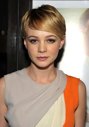 Carey Mulligan was fresh-faced and chic at Comic-Con in a color blocked frock that she paired with her sleek short' do.