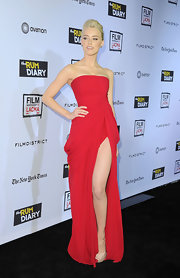 Amber Heard paired her sexy red hot gown with nude peep-toe pumps.
