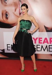 Emily Blunt paired her gorgeous strapless frock with classic pumps in a lovely vivid shade of green.