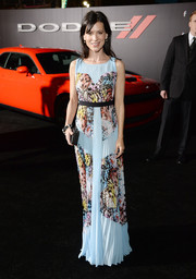 Perrey Reeves attended the premiere of 'Focus' wearing a pleated print gown.