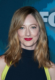 Judy Greer was casually coiffed with subtle, shoulder-length waves during the Fox All-Star party.