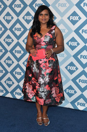 Mindy Kaling paired her lovely dress with silver evening sandals for a bit of shimmer.