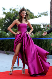 Isabeli Fontana made a gorgeous entrance at the Franca Sozzani Award in a strapless magenta ball gown by Alberta Ferretti.