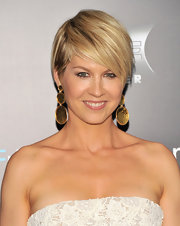 Jenna Elfman wore dangling gold disk earrings at the NYC premiere of 'Friends With Benefits.'