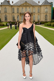 Emma Watson polished off her all-Dior ensemble with an elegant black leather clutch.