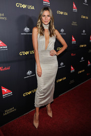 Renee Bargh stood out in a fitted gold dress with a cleavage-baring cutout at the G'Day USA Black Tie Gala.