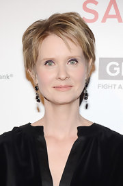 Cynthia Nixon opted for nude lips, so as not to compete with her vibrant purple eye shadow.