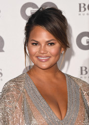 Chrissy Teigen rocked a just-got-out-of-bed updo at the 2018 GQ Men of the Year Awards.