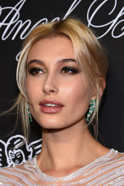 Hailey Baldwin topped off her glamorous ensemble with a pair of Lorraine Schwartz gemstone chandelier earrings.