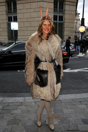 Anna dello Russo looked totally posh in a tan No. 21 fur coat during the Giambattista Valli fashion show.