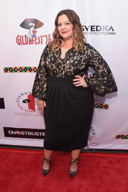 Melissa McCarthy's black lace ankle-tie pumps complemented her dress perfectly.
