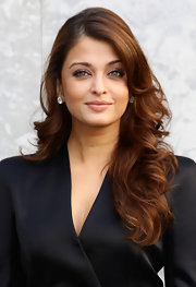 Aishwarya Rai curled hair amber locks with a wide barrel iron for the Giorgio Armani fashion show in Italy.