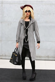 Black tights and platform heels are one thing we've spotted a lot recently. Rachel Zoe showed off the winter trend while attending the Giorgio Armani show.