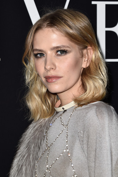 Elena Perminova opted for a casual yet pretty shoulder-length wavy 'do when she attended the Giorgio Armani Prive show.