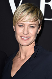 Robin Wright looked cool with her short 'do and piecey, side-swept bangs at the Giorgio Armani Prive show.