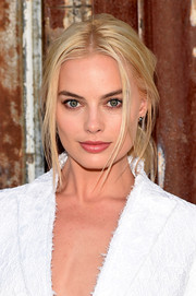 For her beauty look, Margot Robbie opted for a soft pink lip.