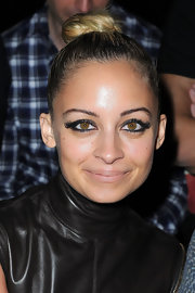 Nicole Richie gave her natural look an edgy twist with smoky shadow rimmed around her upper and lower lids. Lengthy lashes amped up her dramatic look.