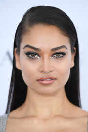 Shanina Shaik wore her hair straight with a deep side part at the 2017 Glamour Women of the Year Awards.