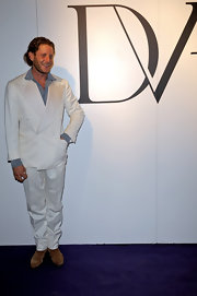 Lapo Elkann chose a double-breasted white suit for the Glamour party in honor of Diane Von Furstenburg.