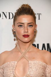 Amber Heard coated her lips a vibrant red hue for a sexy beauty look.